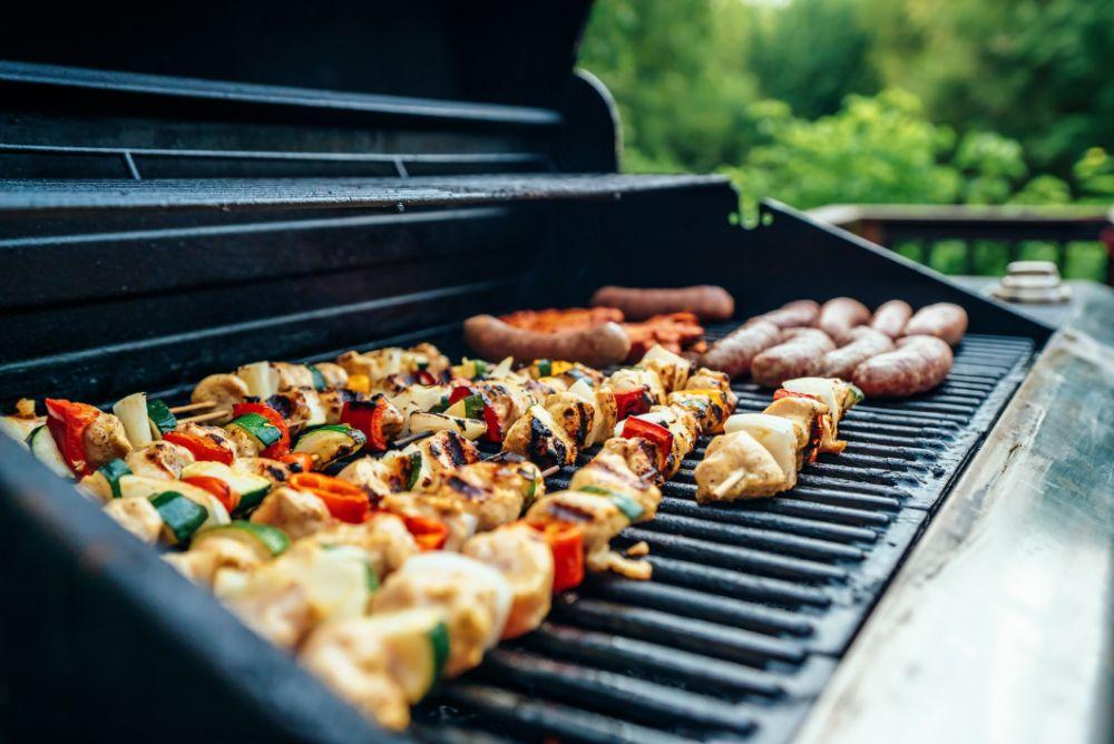 BBQでソーセージや野菜を焼いている様子