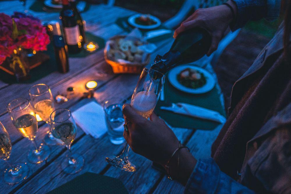 夜にバルコニーでディナーを楽しむ様子