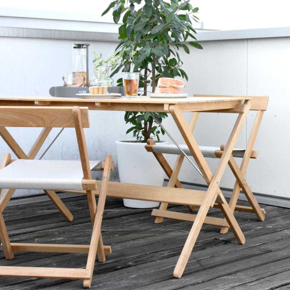 バルコニーに置かれた折り畳み式のテーブルやイス