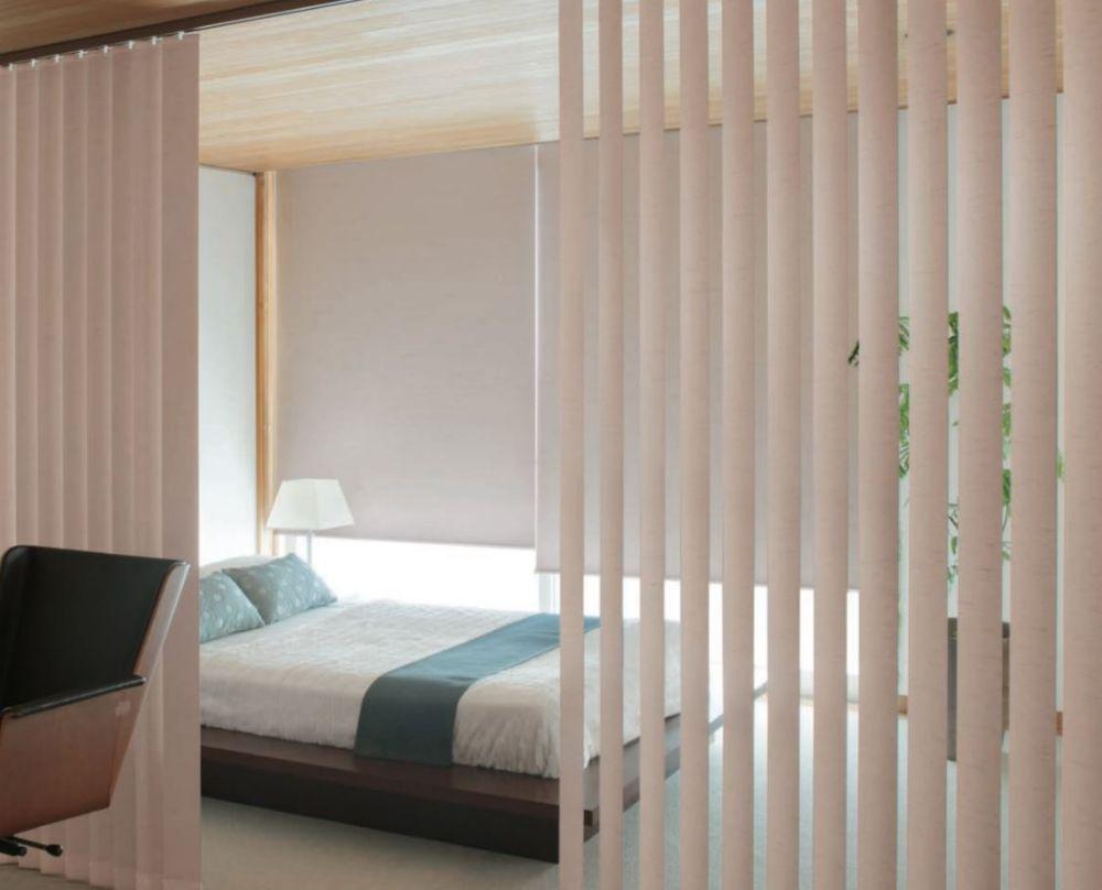 バーチカルブラインドで仕切られたベッドルーム