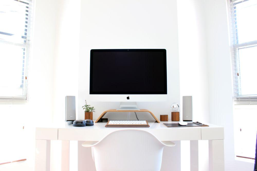 白を基調としたワークスペースに設置されたパソコン機器