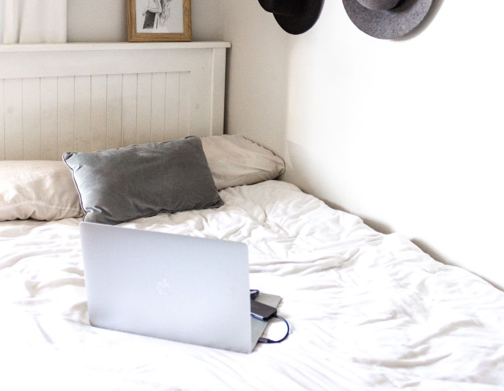 パソコンの置かれたベッド