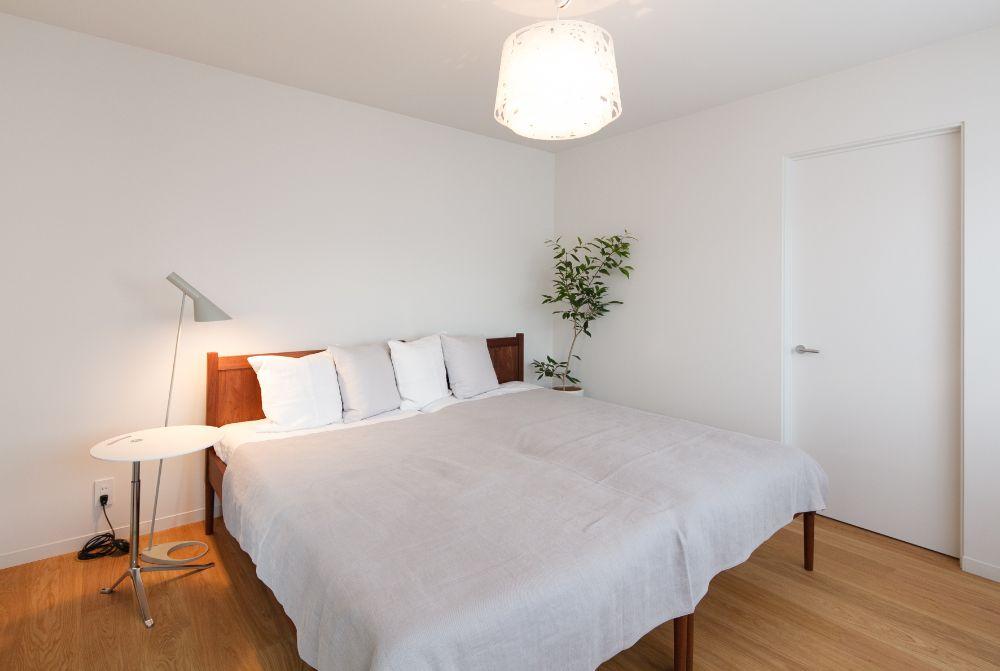 植物や照明のある寝室