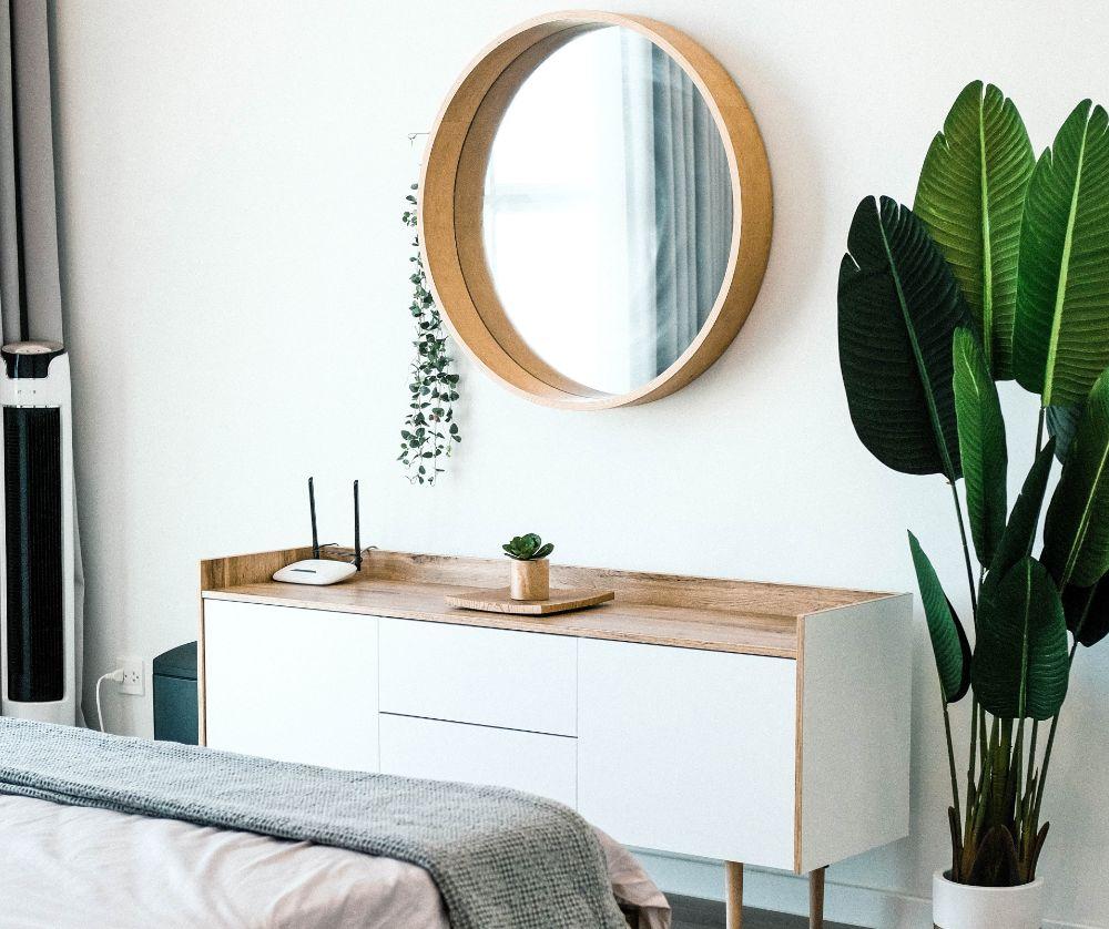 鏡のあるベッドルーム