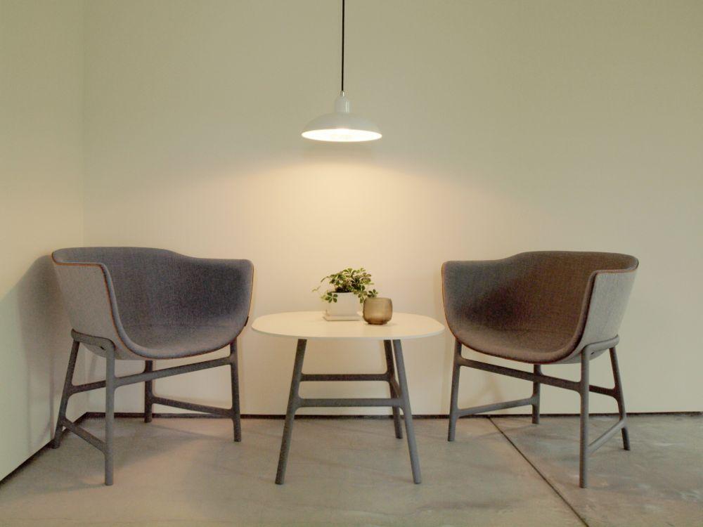 背の低い家具とシンプルなペンダントライトが飾られた一角