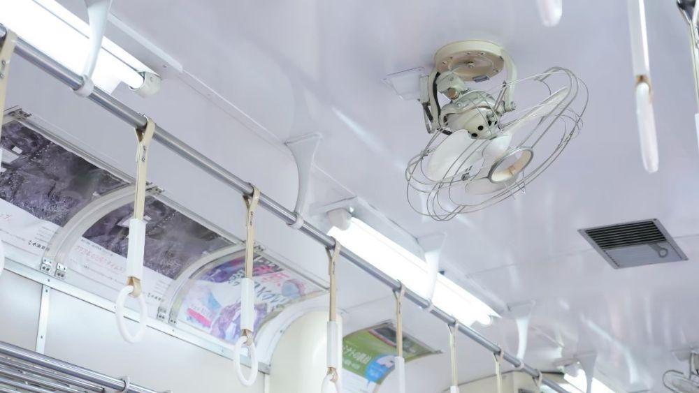 扇風機のついた電車内