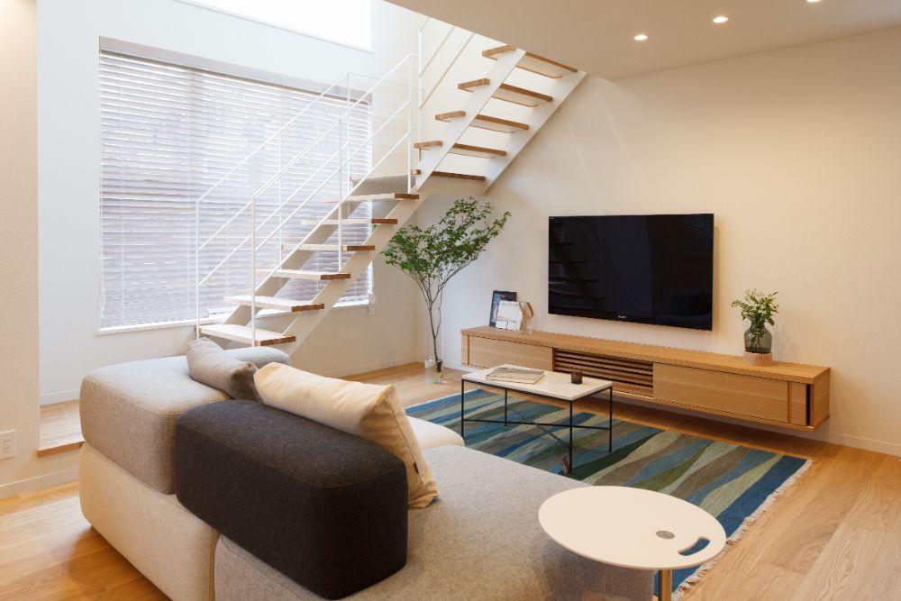 壁掛けのテレビが設置されたリビング空間