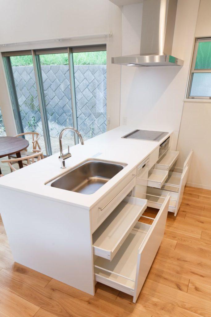 開き戸ではなくスライドが容易な引き出し式の収納が付いたキッチン
