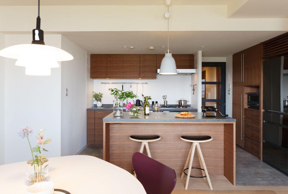 バーのような雰囲気のあるアイランド型のキッチン作業スペース