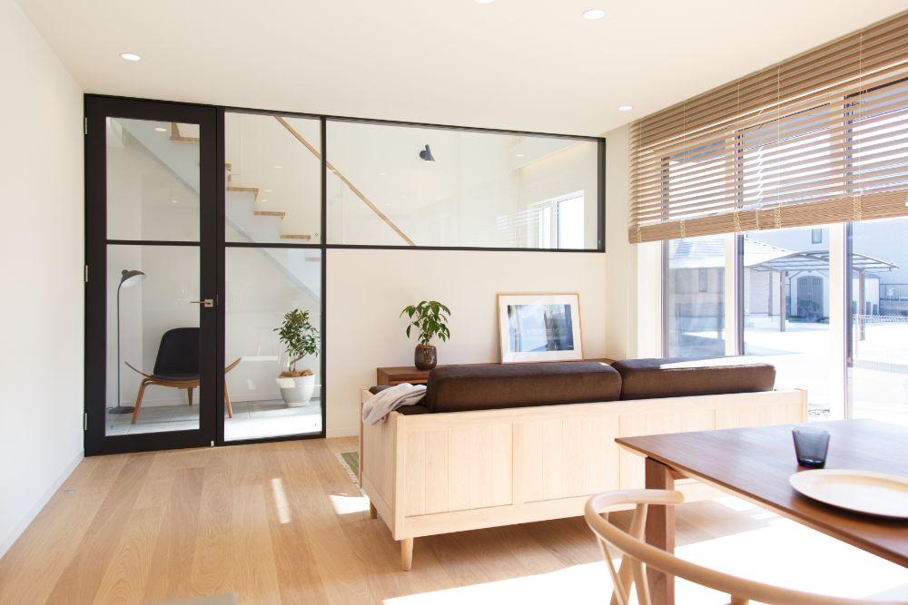 ガラスの建具でリビング空間と階段空間を分けている