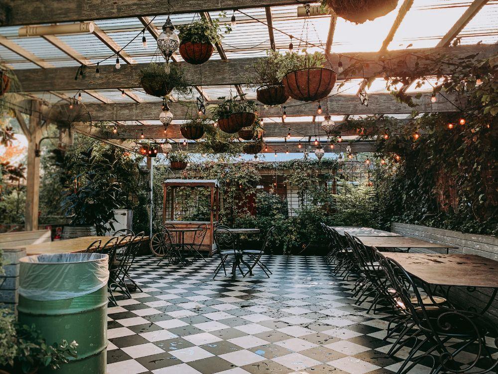 屋根のついたおしゃれなパーゴラのあるカフェ