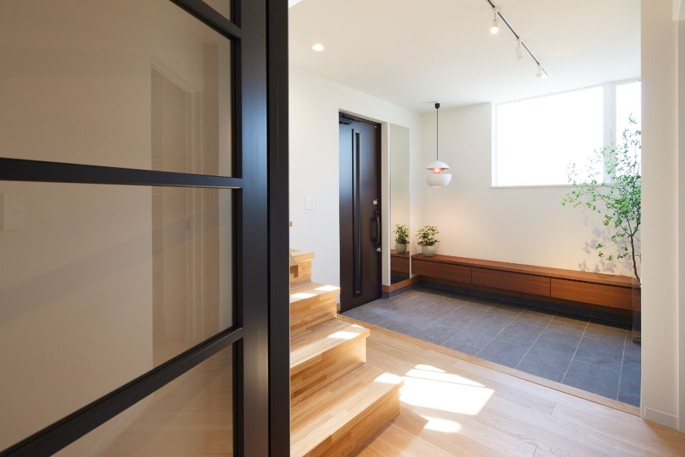 照明の取り付けられた玄関