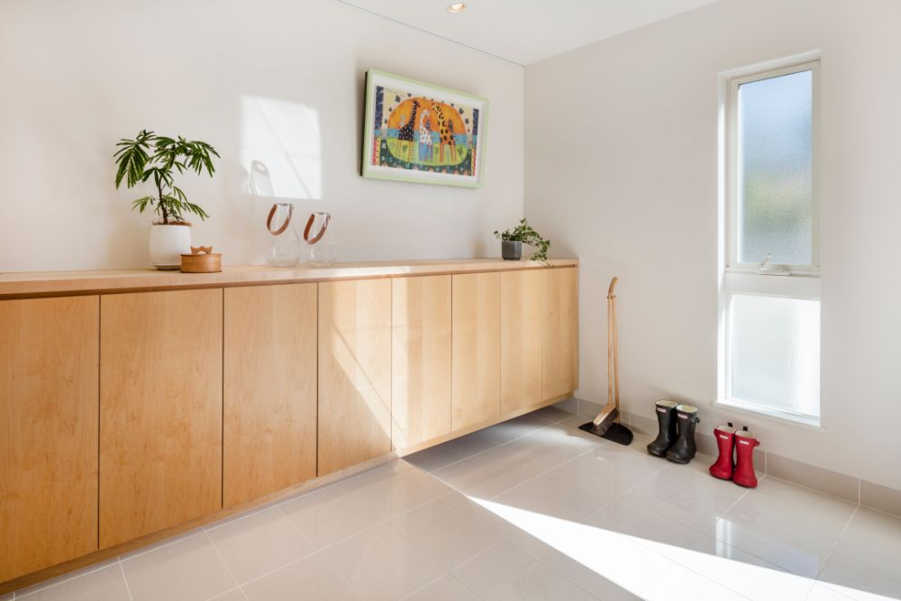 真っ白なタイルで清潔感のある明るい玄関