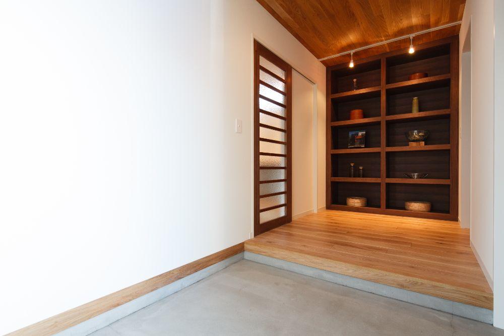 大きな収納棚が印象的な玄関