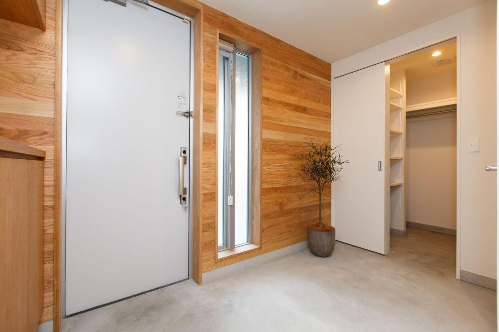 収納スペースが繋がっている玄関