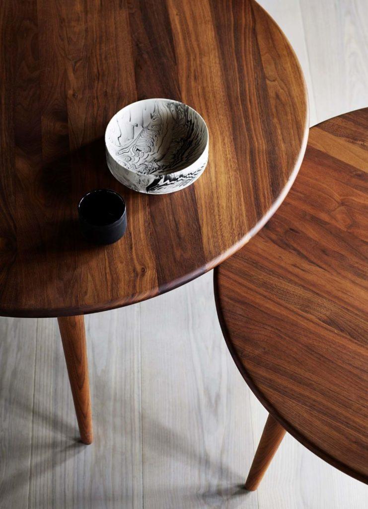 ウォルナット材のテーブル