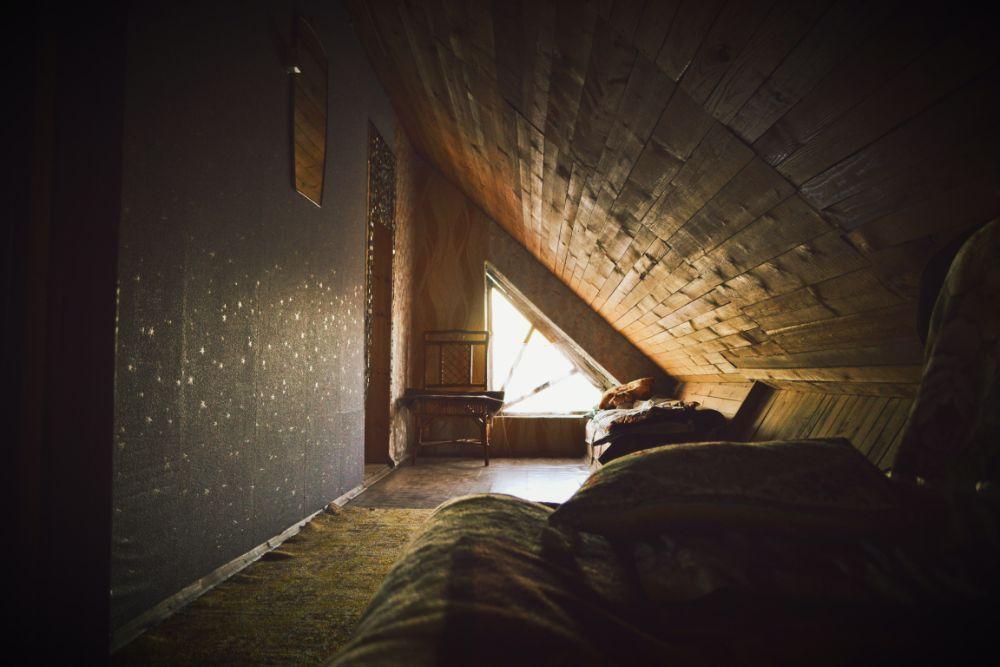 暗い屋根裏部屋