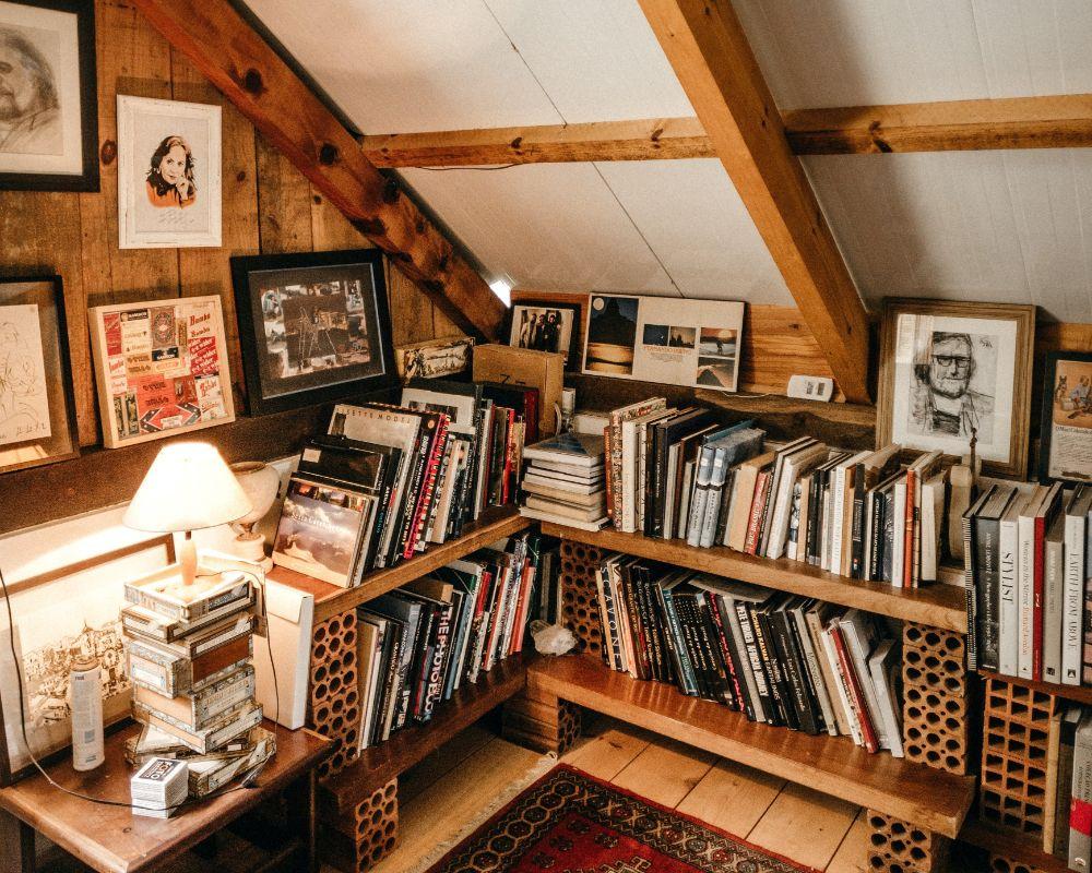 沢山のものが収納された屋根裏部屋