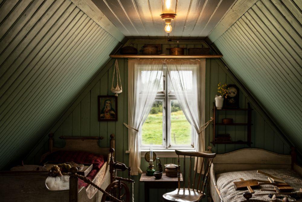 ベッドの置かれた屋根裏部屋