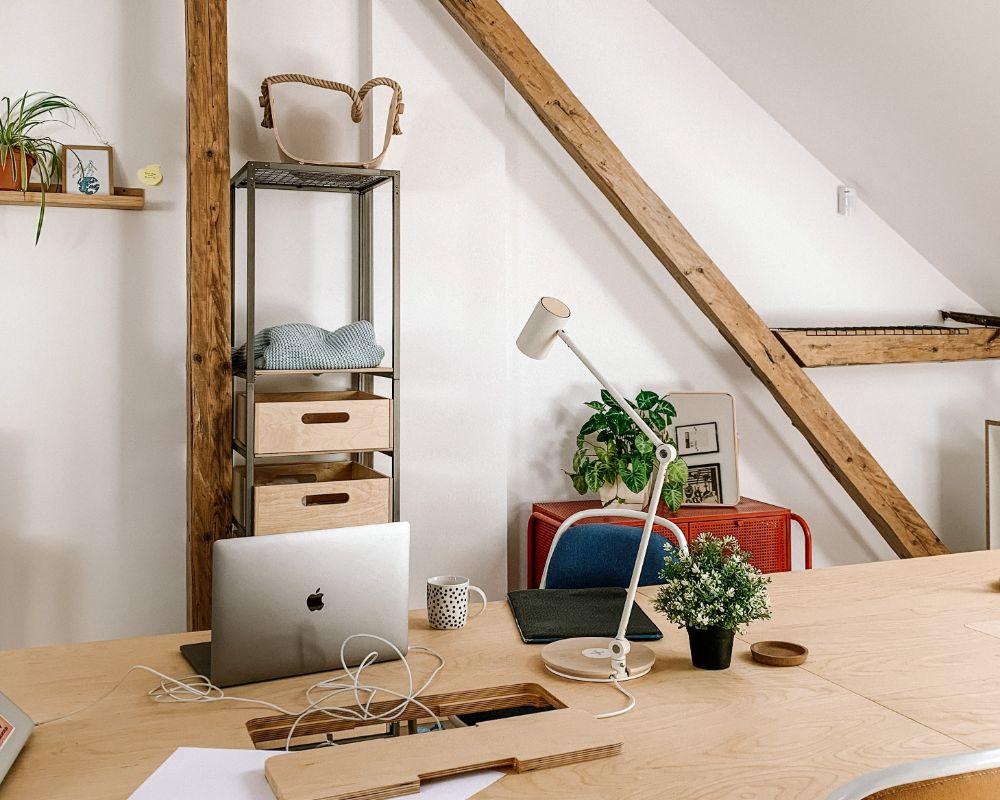 書斎として使用している屋根裏部屋