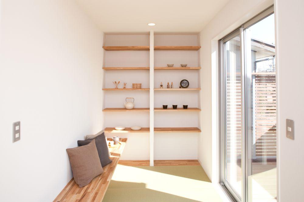 壁面に稼働棚の設置された小スペースの和室