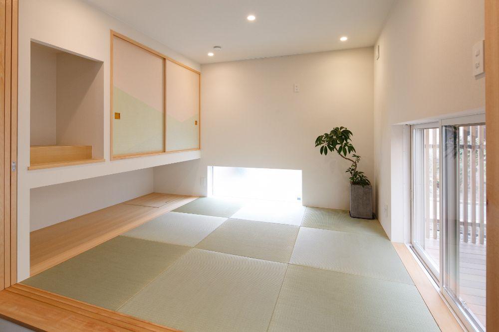 白い壁のすっきりとした和室