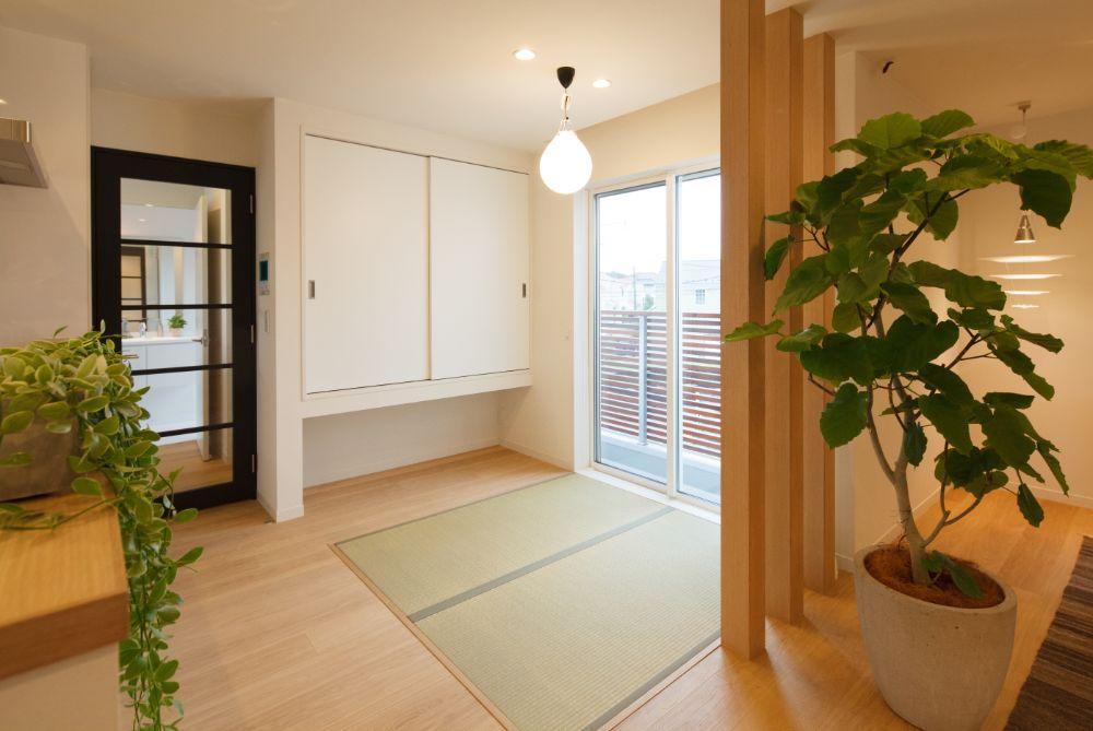 リビング空間とフラットな床でつながる和室スペース