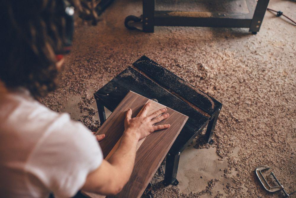 木材を削っている様子