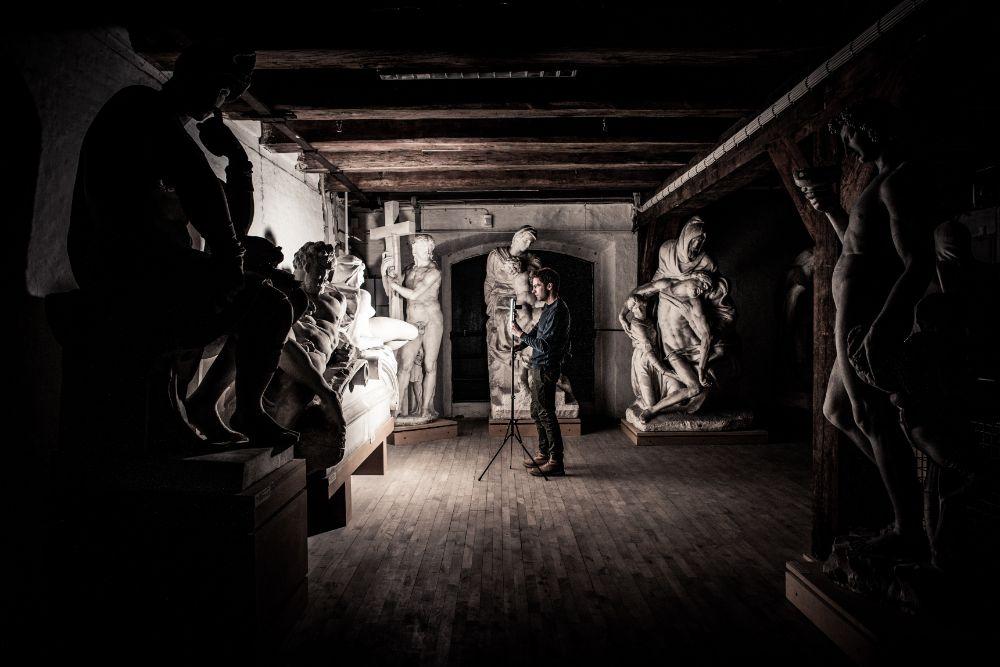 地下室で彫刻刀を撮影している男性