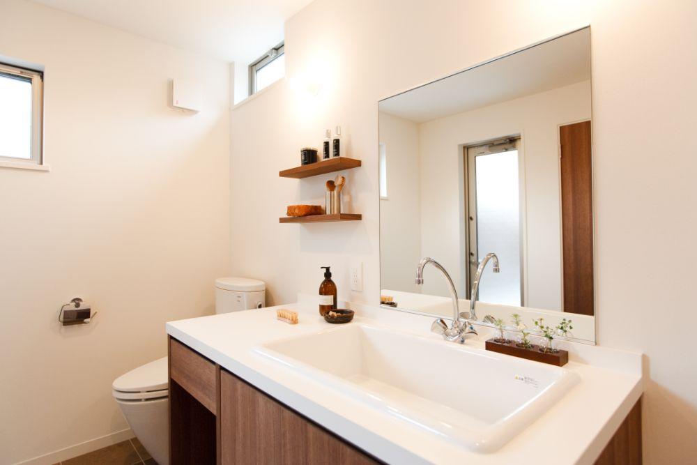 トイレ空間に併設された洗面台