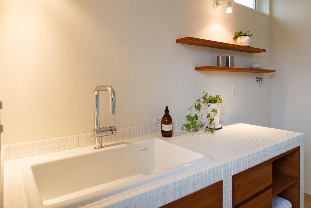 白いタイルで清潔感のある洗面室