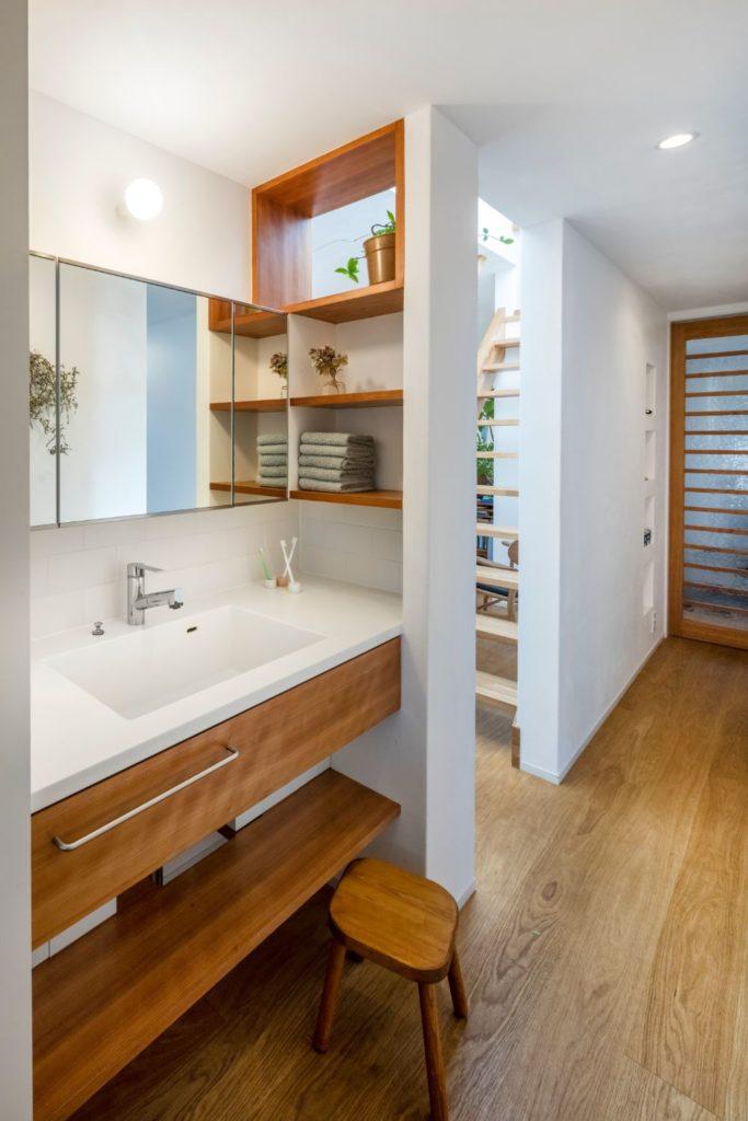 三面鏡のついた洗面スペース