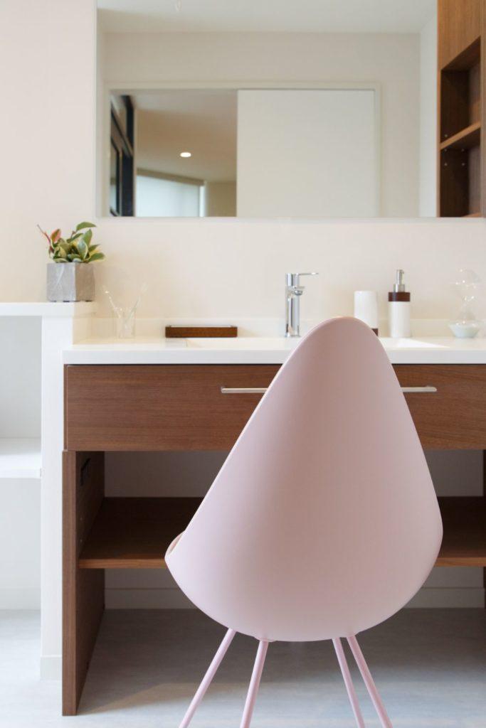 チェアの置いてある洗面所