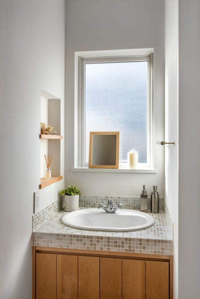 モザイクタイルがアクセントとなった可愛らしい雰囲気の洗面