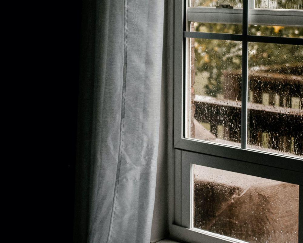 水滴のついている窓