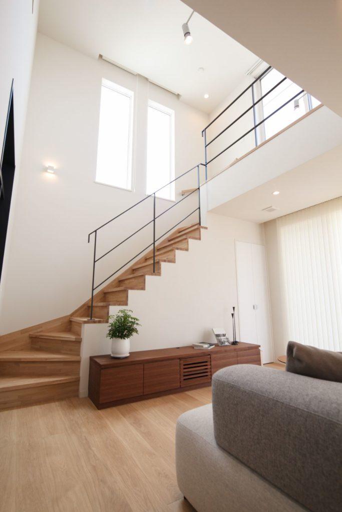 吹き抜け空間に階段のある部屋
