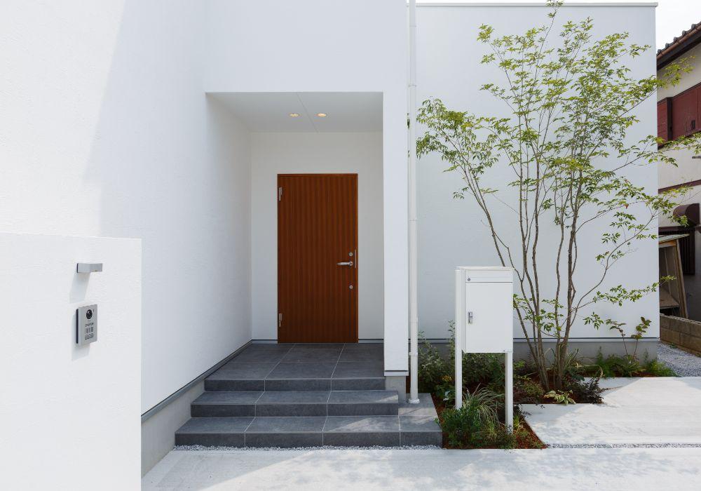 真っ白な外壁に映える木の扉
