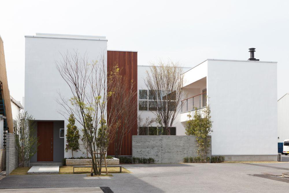 白い外壁と木の組み合わせがきれいな住宅