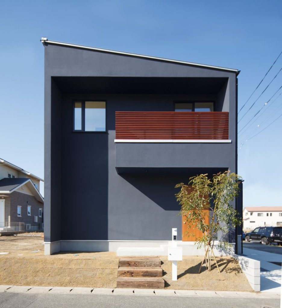 濃い色の外壁の家