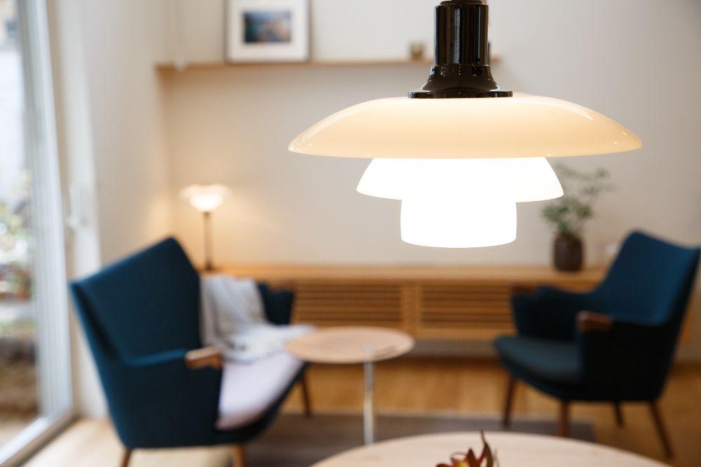 ブルーのソファのある照明が印象的なリビング