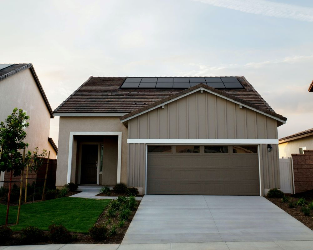 ソーラーパネルのついた屋根の家