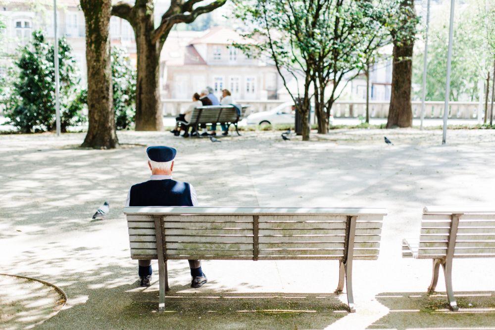 ベンチに座るご老人