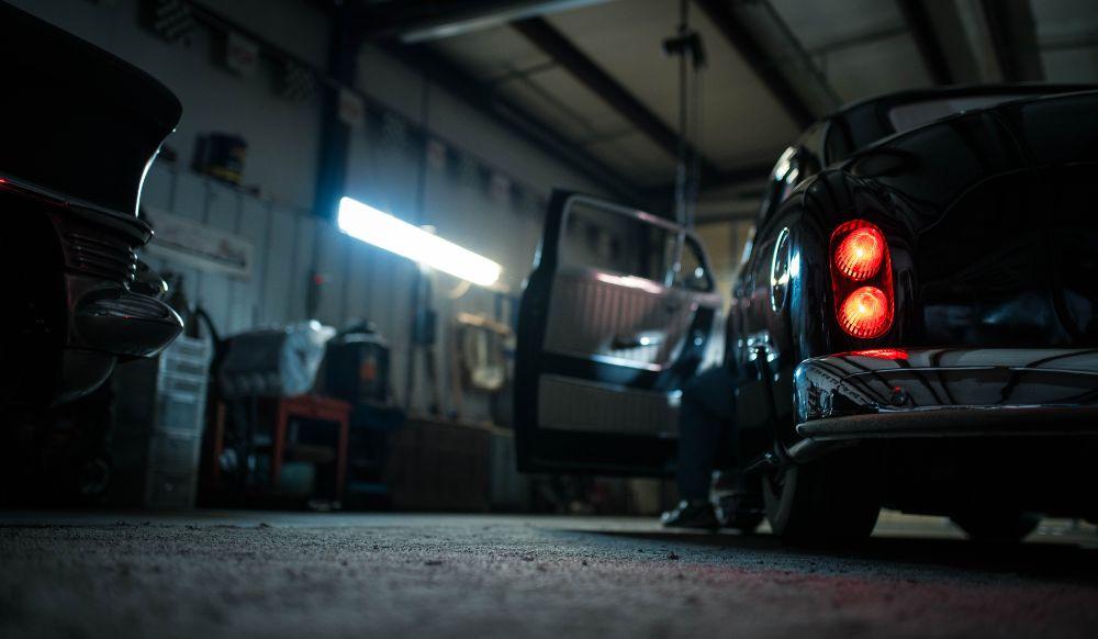 ガレージの中に車が止まっている様子