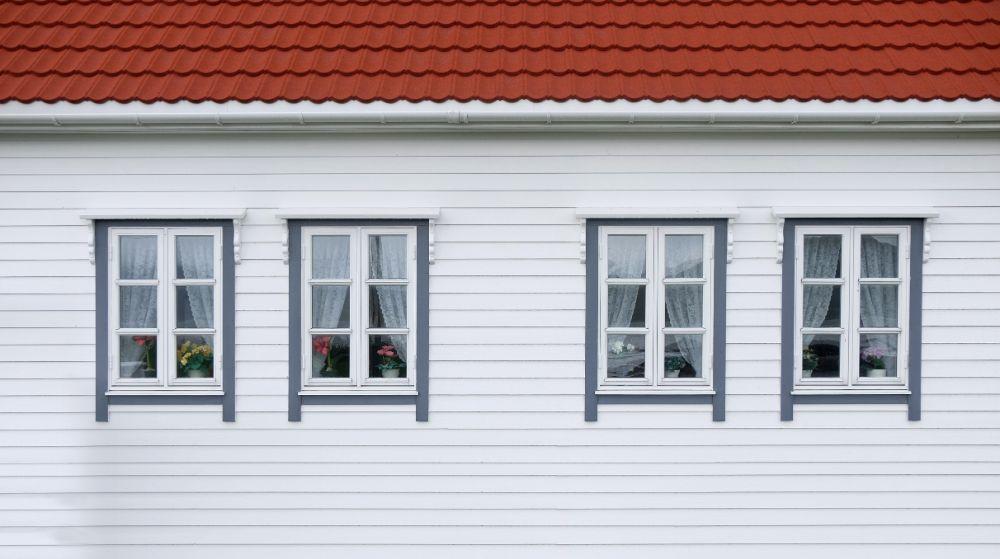 4つの窓が並んだ壁