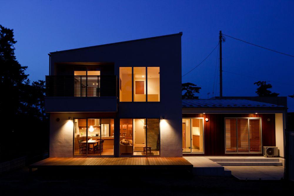 夜のライトアップがきれいな家