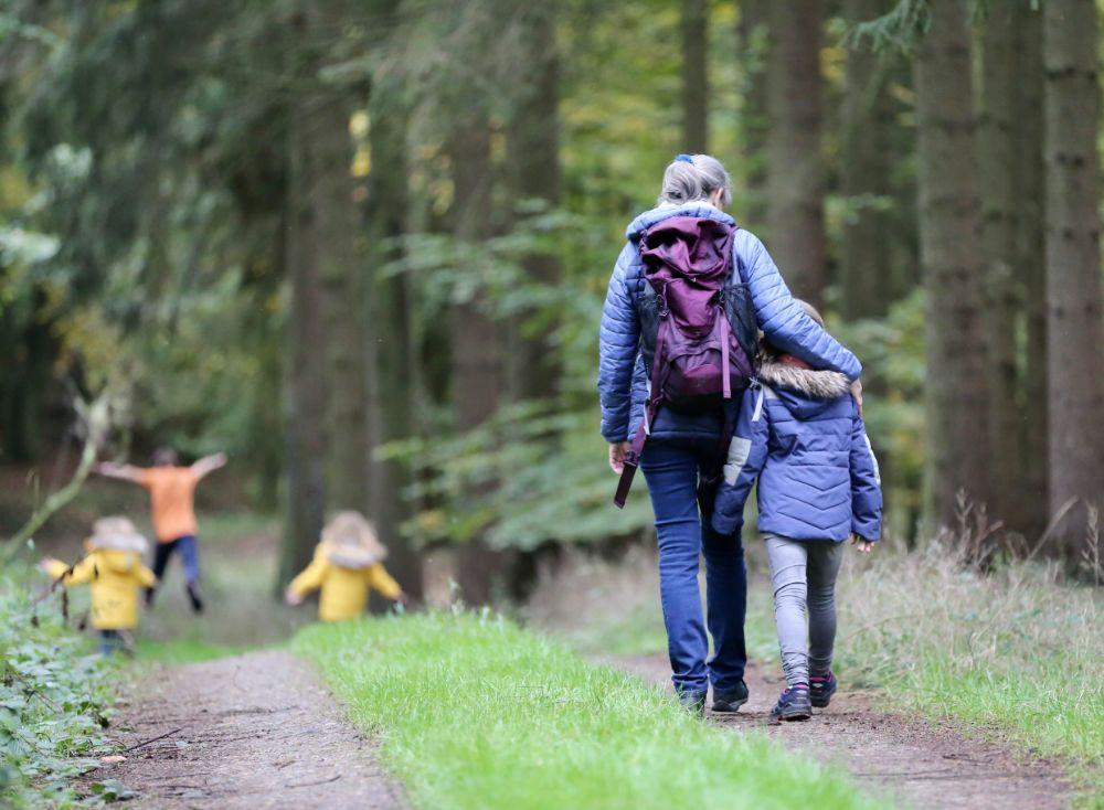 親子で散歩している様子