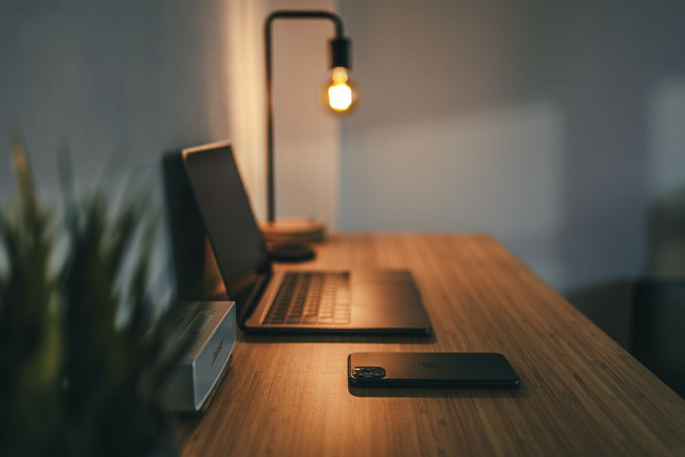 パソコンとお洒落な照明が置かれたデスク