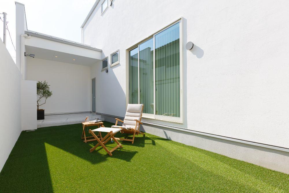 人工芝の敷かれたスペース