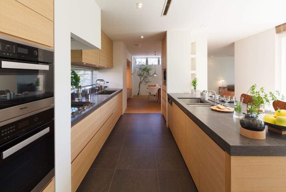 2列型の広々としたキッチン