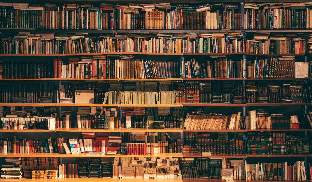 ぎっしりと本が並ぶ本棚